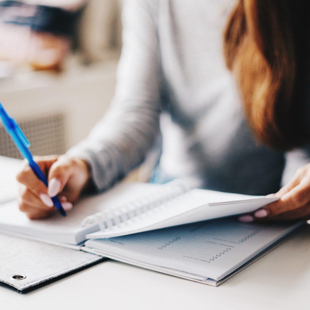 En kvinna planerar med anteckningsblock